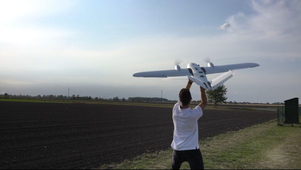 samolot bezzałogowy Koliber TRENINGOWY podczas wzbijania się w powietrze