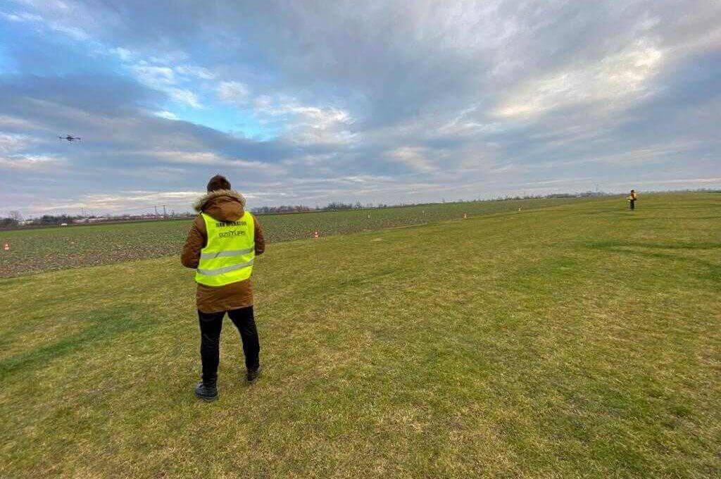 dwóch operatorów dronów na polu