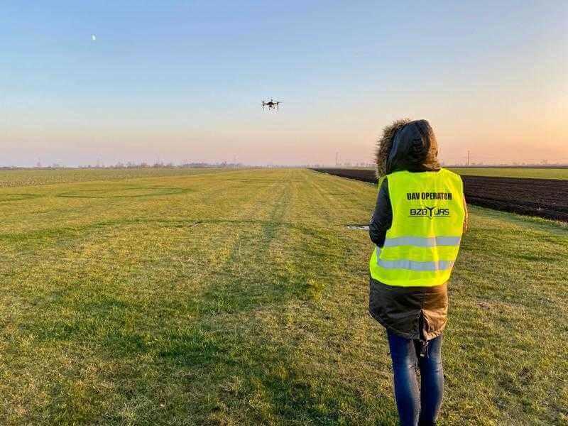 dron podczas lotu przy operatorze