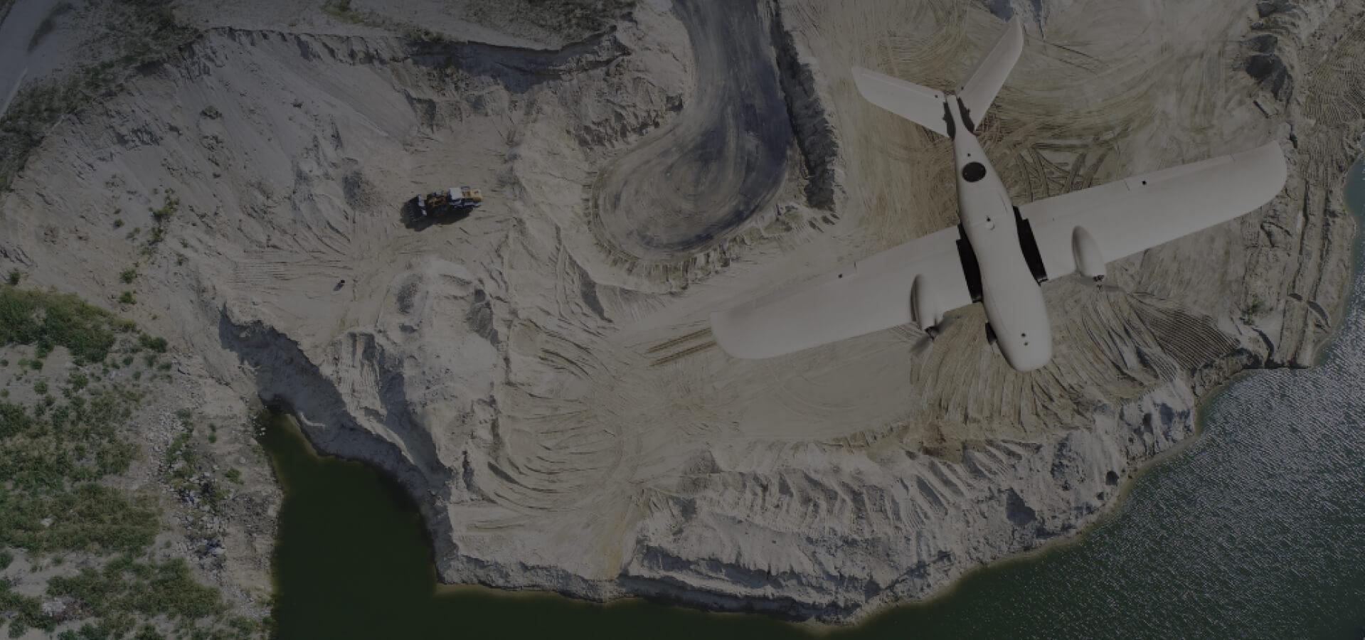 samolot bezzałogowy nad kopalnią odkrywkową