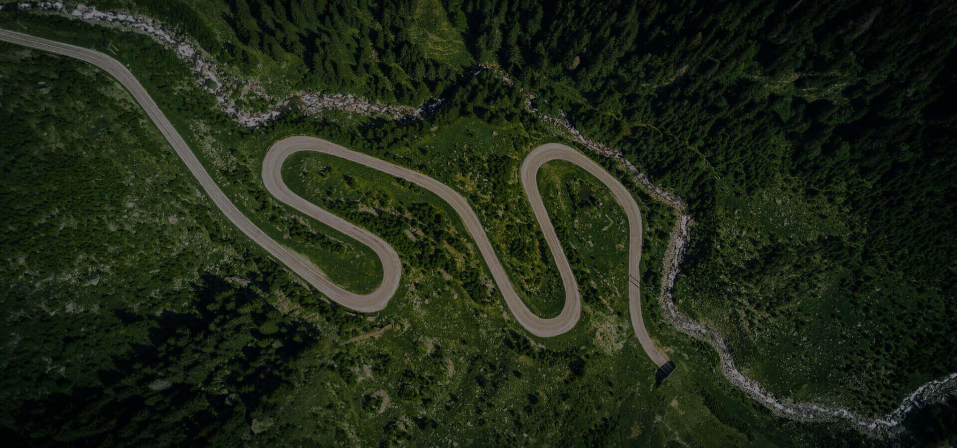 mapowanie dronem - zdjęcie krętej drogi w górach