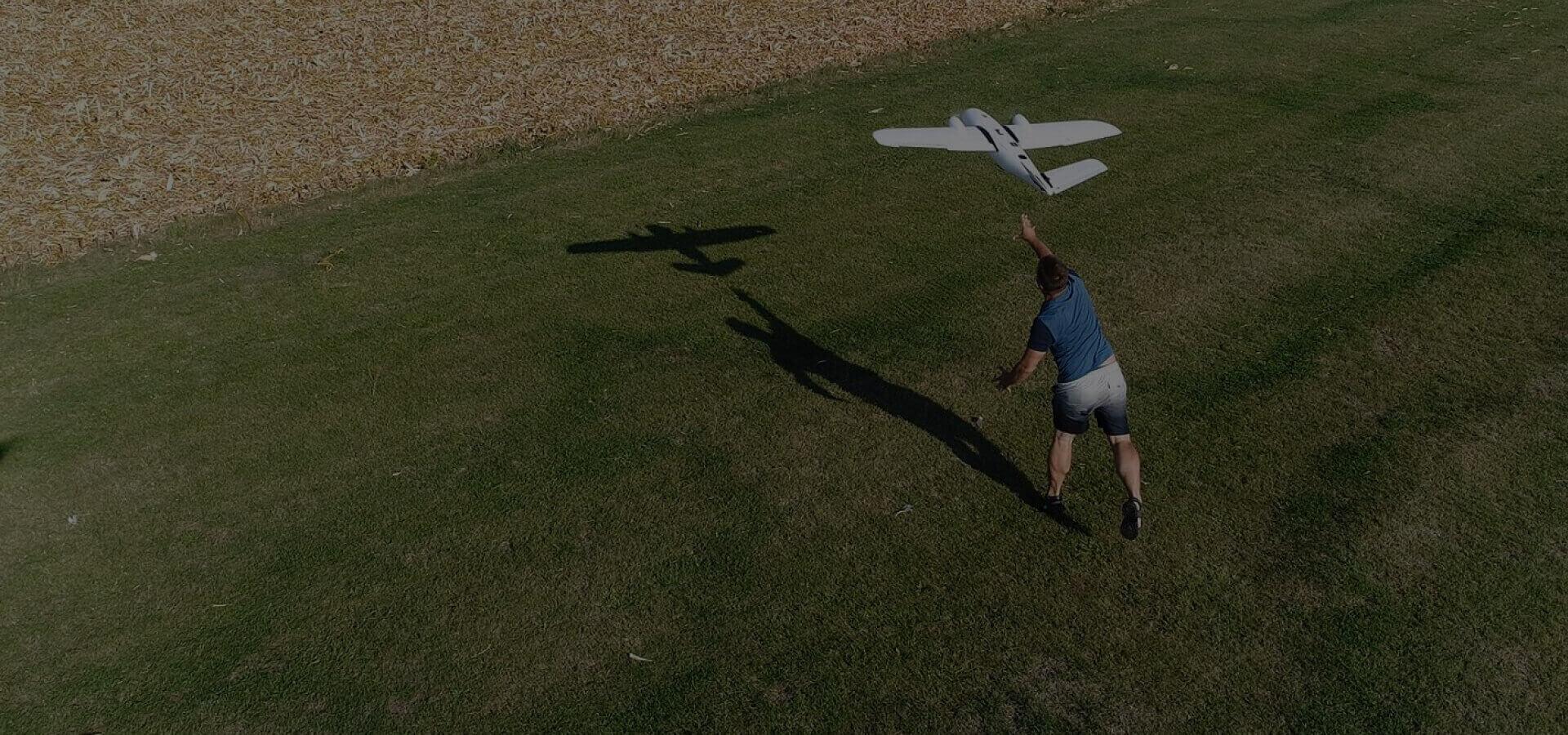 rolnictwo precyzyjne mężczyzna podczas wypuszczania samolotu bezzałogowego bzb uas