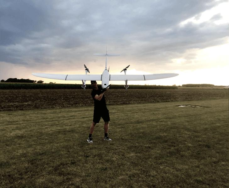 mapowanie dronem mężczyzna trzymający samolot bezzałogowy przed startem