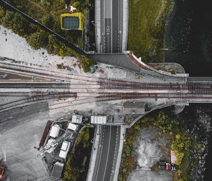 inspekcje dronem - zdjęcie magistrali kolejowej przy moście