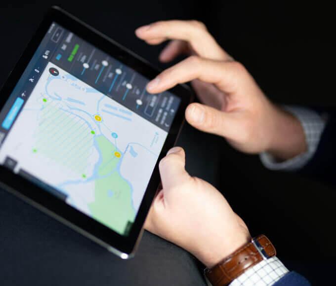 drony dla rolnictwa - aplikacja podczas pracy na tablecie