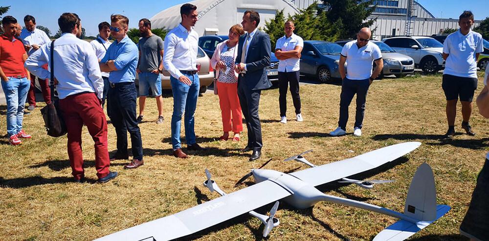 samoloty bezzałogowe ekoSKY podczas prezentacji w tłumie zainteresowanych